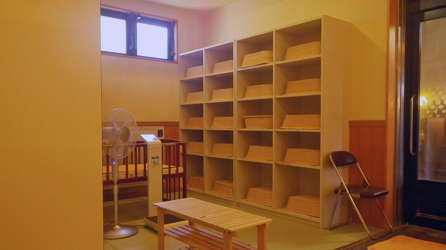 *館内大浴場一例/綺麗に清掃された脱衣所はスペースも十分。