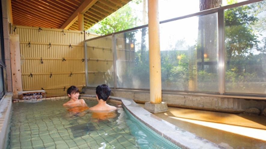 *館内露天風呂/内湯に併設。森林浴をしながらとろみのある天然温泉を堪能!