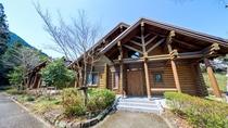 高麗川沿いに建つログハウスは本館から徒歩1分。別荘気分を味わえます。
