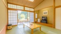 ゆったりとした和室10畳。大きな窓を開けるとテラスに出られます。