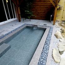 <大浴場-露天風呂>美肌の湯としても有名な白浜温泉のお湯。お風呂上がりの肌はすべすべもちもち。