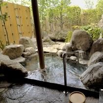 <貸切家族風呂>内湯と露天風呂の両方で、周囲に気兼ねなく温泉がお愉しみいただけます。