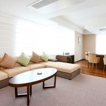 大きなソファが配置されたリビングと専用のダイニング。贅沢な時間をお過ごしください。