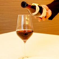 お料理に合わせて気軽にお選びいただけるワインを揃えております。お料理と一緒にいかがですか?