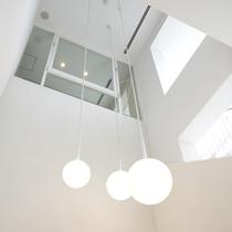 吹き抜けの高い天井が開放感に溢れています。
