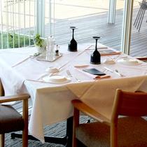 お食事はレストランにてご用意致します。大きな窓からは白浜の景色がご覧いただけます。