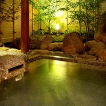 <大浴場-露天風呂>夜は星空と柔らかな灯りの元、こんこんと湧く温泉をお愉しみください。
