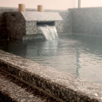 <プレミアムスイート>お部屋の半露天風呂で良質の温泉をお愉しみいただけます。