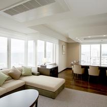 プレミアムスイートルームのリビングからは白浜の海が一望!広々とした空間と絶景に癒されます。