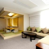 大きなソファとゆったりした空間でお寛ぎいただけるプレミアムスイートルームのリビング。