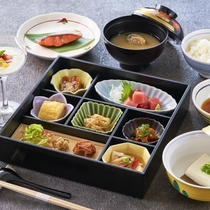 <朝食一例>和定食をご用意。新鮮な魚や旬の野菜を使用した品々、起きたての身体に優しい朝食です。