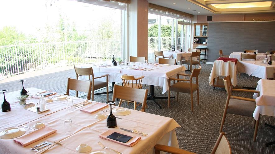 *お食事はレストランにてご用意致します。大きな窓からは白浜の景色がご覧いただけます。