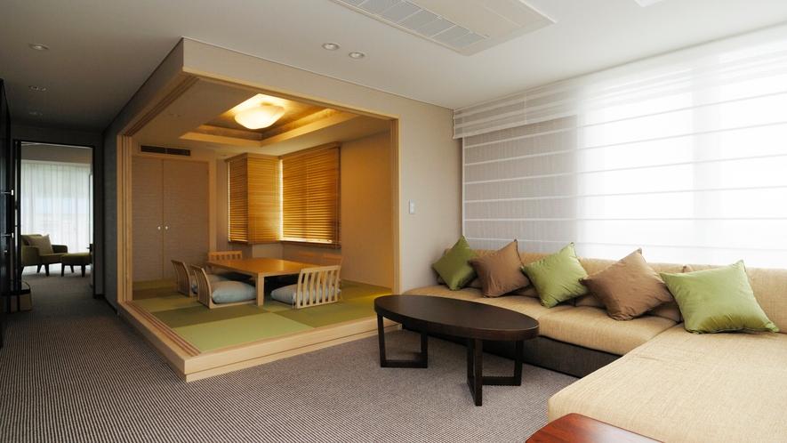 *大きなソファとゆったりした空間でお寛ぎいただけるプレミアムスイートルームのリビング。