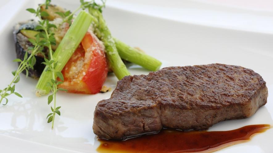 *<熊野牛ステーキ(一例)>肉の繊維や霜降りがきめ細やかで、肉本来の旨味を味わえる逸品です。