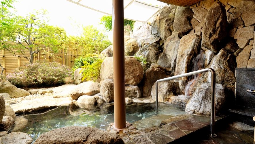 *<貸切家族風呂>内湯と露天風呂の両方で、周囲に気兼ねなく温泉がお愉しみいただけます。