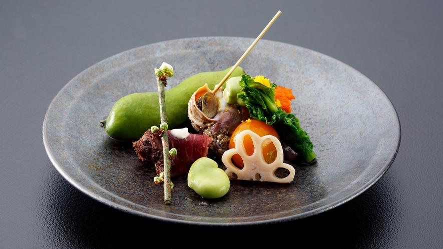 *<夕食一例>お部屋でいただく豪華な会席コース。地元食材や旬の食材をお愉しみ下さい。