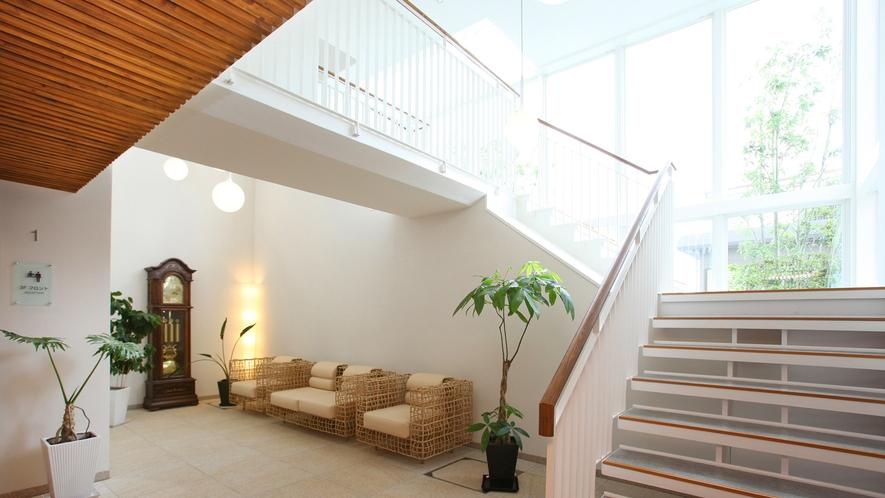 *吹き抜けの天井と大きな窓から差し込む光が明るい空間を演出しています。