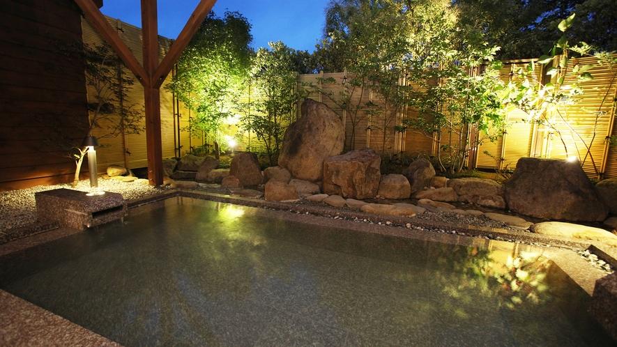 *<大浴場-露天風呂>夜は星空と柔らかな灯りの元、こんこんと湧く温泉をお愉しみください。
