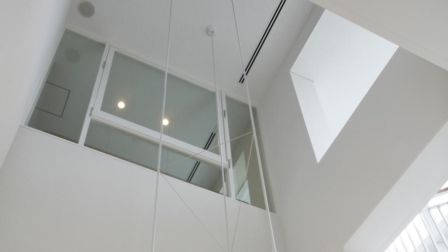 *吹き抜けの高い天井が開放感に溢れています。