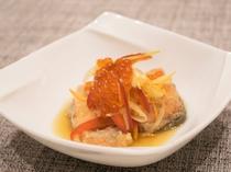 夕食でお出しする前菜の一例 秋は鮭を使ったメニューを