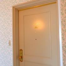 ドアの向こうは、どんなお部屋だろう…♪