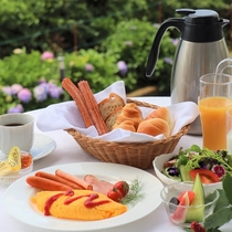 *朝食/色彩にあふれたお野菜やフルーツを 卵のお料理や温かいパンと共にお召し上がりください
