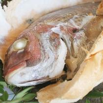 当館名物「真鯛のオリーブ焼き」。蒸し焼きにしているので身はふっくらやわらか