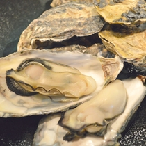 地元で水揚げされる牡蠣は殻付きのまま蒸し焼きでお出しします