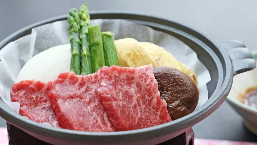 【料理一例-みなせ牛の陶板焼き】