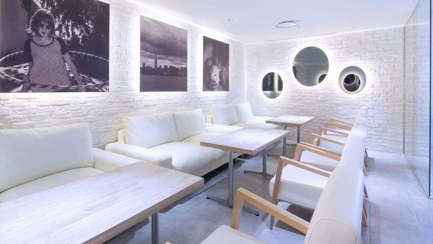 【カフェ店内】完全個室の席はソファ席でゆったり