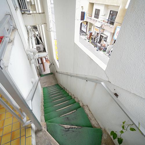 エントランスまでの階段