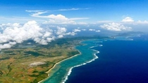 **世界有数の透明度を誇る海の美しいグラデーション。サンゴ礁と白い砂浜は一度は訪れたい絶景