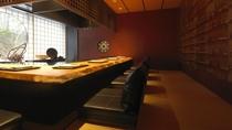 ◆鉄板焼き アシリ/杢のぬくもり感じる落ち着いた空間。目の前の鉄板で仕上げる逸品をお愉しみください。