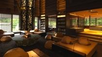 ◆ラウンジ[アペソ]/大きなライトと暖炉のある吹き抜けラウンジは、ぬくもりを感じさせる開放的な空間