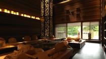 ◆ラウンジ[アペソ]/大きなライトと暖炉のある吹き抜けラウンジは、ぬくもりを感じさせる開放的な空間。