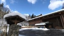 ◆外観(冬)/杢のあたたかさを感じる温泉旅館です。冬は綺麗な雪景色が広がります。