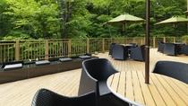 ◆デッキテラス&足湯/ラウンジから屋外に続くデッキ。ニセコの四季をお愉しみください。