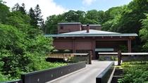 ◆外観/ホテル前には、当館お客様専用の橋がございます。この橋を通ると、ここから寛ぎの時間が始まります