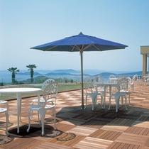 【中庭】青い海と海に浮かぶに島々を眺めて、のんびりお寛ぎください。