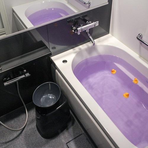 脚を伸ばしてゆったり浸かれる大型バスタブ、広々バスルーム