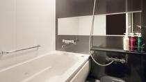 浴槽と洗い場を設け、広々としたバスルーム。