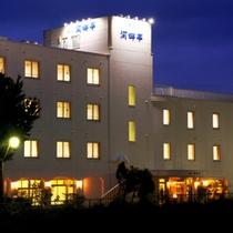 【外観】ホテル 湯の川温泉街の中心を流れる松倉川沿いのほとりに立地