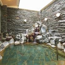 【岩風呂】岩肌を流れる温泉の音も癒されます。