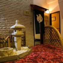 大浴場入口、その奥に貸切風呂が2つあります。