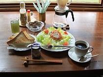 ある日の朝食例。(知床チキンのBLT、パン、ヨーグルト、果物と野菜のミックスジュース、コーヒー)