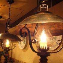レストランのランプが山小屋の雰囲気を演出