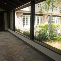 正面玄関から白樺のガーデンを眺めながらロビーへ