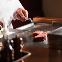 鉄板で焼き上げる飛騨牛ステーキ