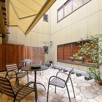 *【パティオ】和風の中庭とは別に洋風の中庭もございます。