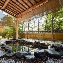 *【大浴場・女湯】街中にありながら静かな当館の露天風呂は計算された木々の配置で心落ち着く造りです